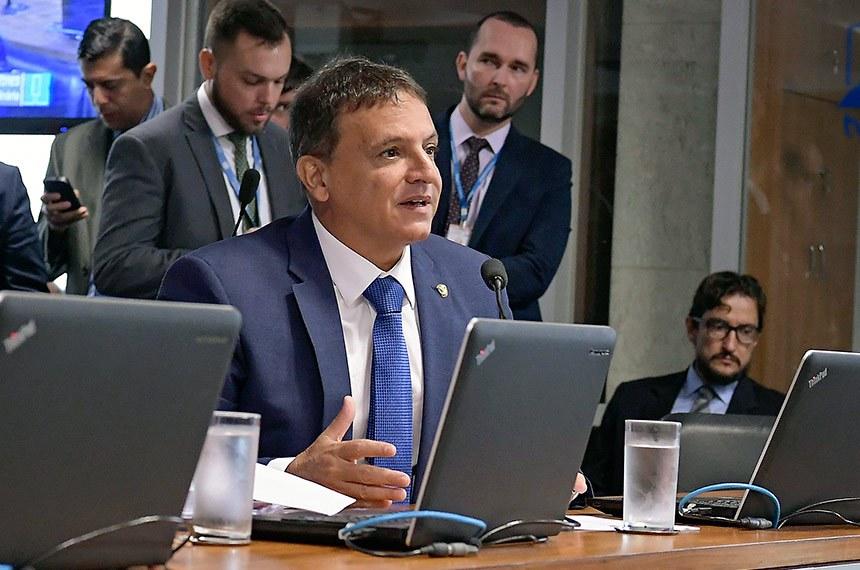 Comissão de Relações Exteriores e Defesa Nacional (CRE) realiza reunião para apreciação de acordo entre Brasil e Espanha relativo à segurança de informações sigilosas.  Em pronunciamento, à bancada, senador Marcio Bittar (MDB-AC).  Foto: Waldemir Barreto/Agência Senado