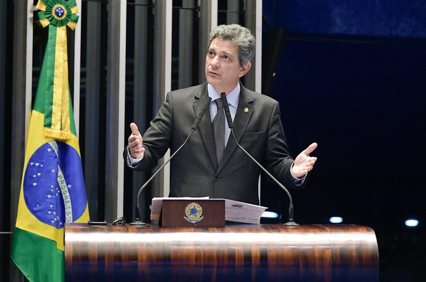 Plenário do Senado Federal durante sessão não deliberativa.   Em discurso, à tribuna, senador Rogério Carvalho Santos (PT-SE).  Foto: Waldemir Barreto/Agência Senado
