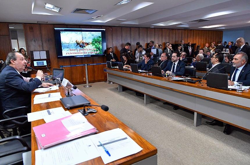 Comissão de Assuntos Econômicos (CAE) realiza reunião com 4 itens. Entre eles, o PLS 62/2015, que destina mais recursos da loteria ao paradesporto.  Presidente da CAE, senador Omar Aziz (PSD-AM) à mesa conduz reunião.  Bancada: senador Plínio Valério (PSDB-AM); senador Jorge Kajuru (PSB-GO); senador Telmário Mota (Pros-RR); senador Veneziano Vital do Rêgo (PSB-PB); senadora Kátia Abreu (PDT-TO).  Foto: Geraldo Magela/Agência Senado
