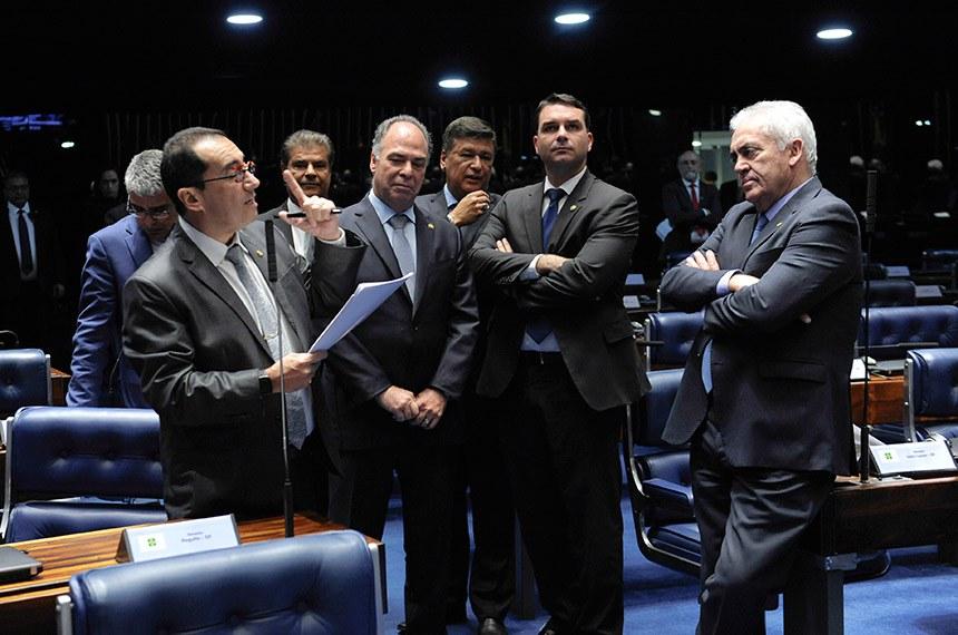 Plenário do Senado Federal durante sessão deliberativa ordinária. Ordem do dia.  Em pronunciamento, à bancada, senador Jorge Kajuru (PSB-GO).  Participam: senador Eduardo Girão (Pode-CE);  senador Fernando Bezerra Coelho (MDB-PE);  senador Flávio Bolsonaro (PSL-RJ); senador Otto Alencar (PSD-BA);  senador Carlos Viana (PSD-MG);  senador Nelsinho Trad (PSD-MS).  Foto: Jonas Pereira/Agência Senado