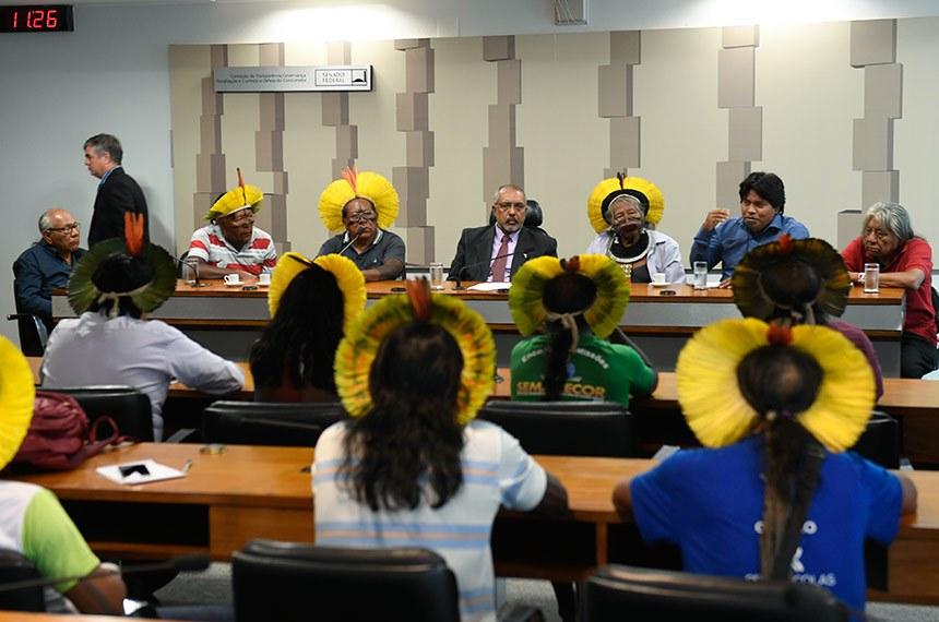 Comissão de Direitos Humanos e Legislação Participativa (CDH) recebe o cacique Raoni Metuktire uma comitiva de lideranças Caiapós. O grupo entrega pauta de reivindicações referentes a política de saúde dos povos indígenas.   À mesa: líder indígena da etnia Caiapó, cacique Raoni Metuktire; presidente da CDH, senador Paulo Paim (PT-RS); cacique Megaron Txucarramãe (camisa vermelha).  Foto: Edilson Rodrigues/Agência Senado
