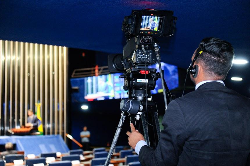 Plenário do Senado Federal durante sessão deliberativa extraordinária.   Cinegrafista durante transmissão ao vivo da sessão pela TV Senado.  Foto: Marcos Oliveira/Agência Senado