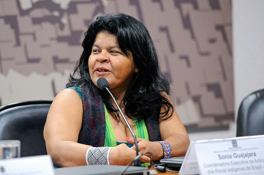 Comissão de Direitos Humanos e Legislação Participativa (CDH) realiza audiência pública para tratar sobre a situação da saúde indígena.  Em pronunciamento, à mesa, coordenadora Executiva da Articulação dos Povos indígenas do Brasil (Apib), Sonia Guajajara.  Foto: Jane de Araújo/Agência Senado