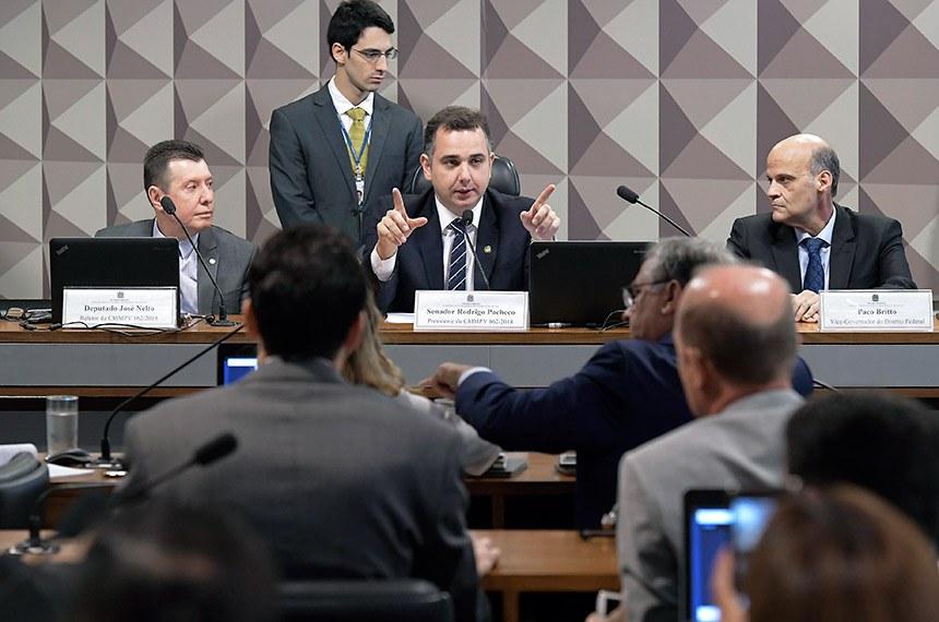 Comissão Mista da Medida Provisória (CMMPV) nº 862/2018, que cria região metropolitana do Distrito Federal, realiza reunião para apreciação de relatório.  Mesa: relator da CMMPV 862/2018, deputado José Nelto (Pode-GO); presidente da CMMPV 862/2018, senador Rodrigo Pacheco (DEM-MG); vice-governador do DF, Paco Britto.  Foto: Waldemir Barreto/Agência Senado