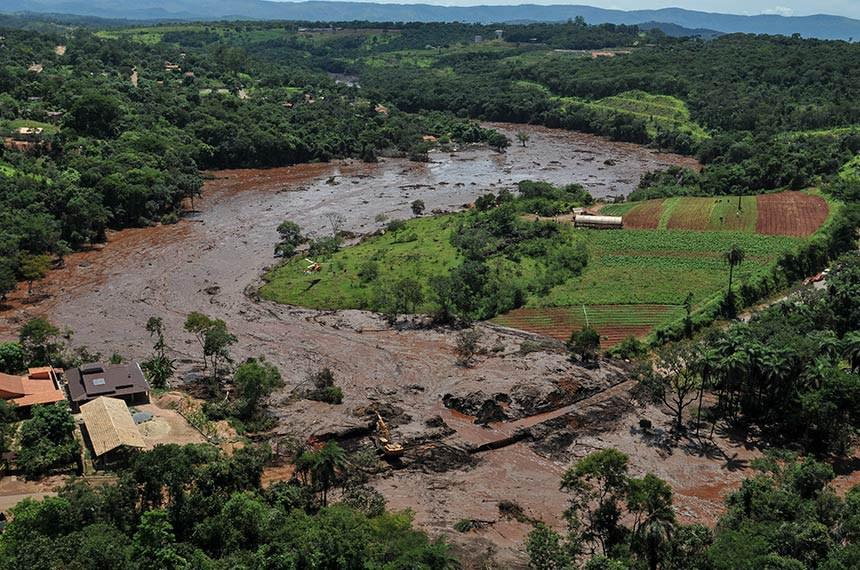 Catástrofe socioambiental provocada pelo rompimento de barragem da mineradora Vale em Brumadinho (MG).