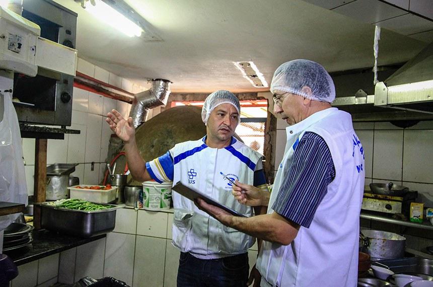 Vigilância Sanitária fiscaliza restaurantes da Ponta Verde em Maceió/AL.