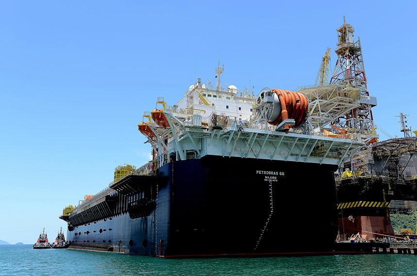 Campo petrolífero de Lula,  parte do conjunto de campos petrolíferos do pré-sal, está localizado na bacia de Santos, a 250 quilômetros da costa do Estado do Rio de Janeiro.