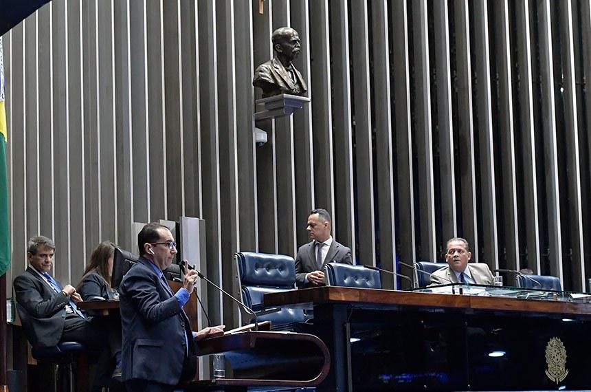 Plenário do Senado Federal durante sessão não deliberativa.   Em discurso, à tribuna, senador Jorge Kajuru (PSB-GO).  À mesa, senador Eduardo Gomes (MDB-TO) conduz sessão.  Foto: Waldemir Barreto/Agência Senado
