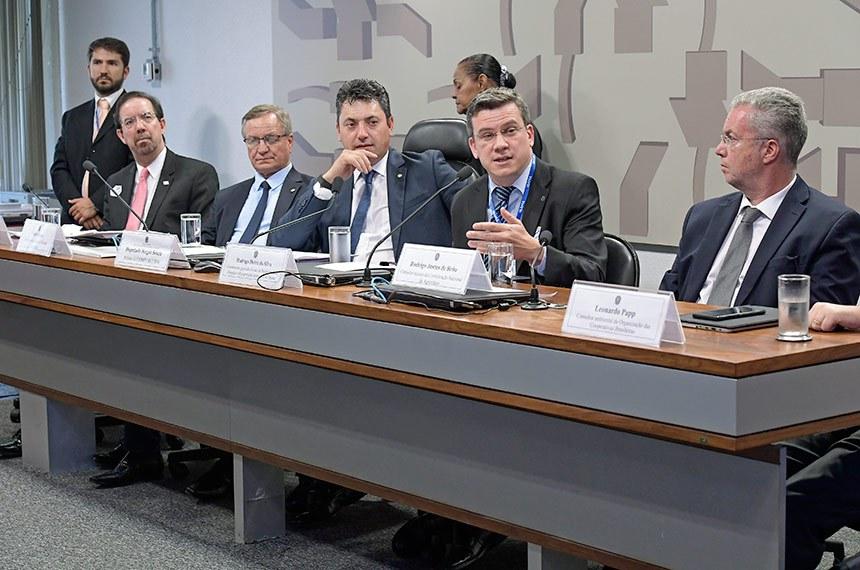 Comissão Mista da Medida Provisória (CMMPV) nº 867 de 2018, que dispõe sobre a extensão do prazo para adesão ao Programa de Regularização Ambiental (PRA), realiza audiência pública interativa para debater a MP.   Mesa: diretor executivo de Pesquisa e Desenvolvimento da Embrapa, Celso Luiz Moretti; diretor-geral do Serviço Florestal Brasileiro, Valdir Colatto; relator da CMMPV 867/2018, deputado Sergio Souza (MDB-PR); coordenador-geral de Gestão da Biodiversidade, Florestas e Recuperação Ambiental do Ibama, Rodrigo Dutra da Silva; consultor técnico da Confederação Nacional da Agricultura (CNA),Rodrigo Justus de Brito; consultor ambiental da Organização das Cooperativas Brasileiras (OCB), Leonardo Papp.  Foto: Waldemir Barreto/Agência Senado