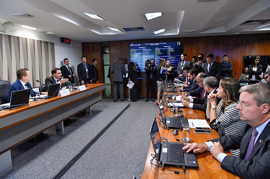 Comissão Mista da Medida Provisória nº 866, de 2018: Cria empresa pública NAV Brasil Serviços de Navegação Aérea realiza reunião para apreciação do relatório.  Mesa: presidente da CMMPV 866/2018, deputado Mauro Lopes (MDB-MG); relator da CMMPV 866/2018, senador Flávio Bolsonaro (PSL-RJ).  Bancada: senador Izalci (PSDB-DF); senadora Soraya Thronicke (PSL-MS); senador Antonio Anastasia (PSDB-MG).  Foto: Geraldo Magela/Agência Senado