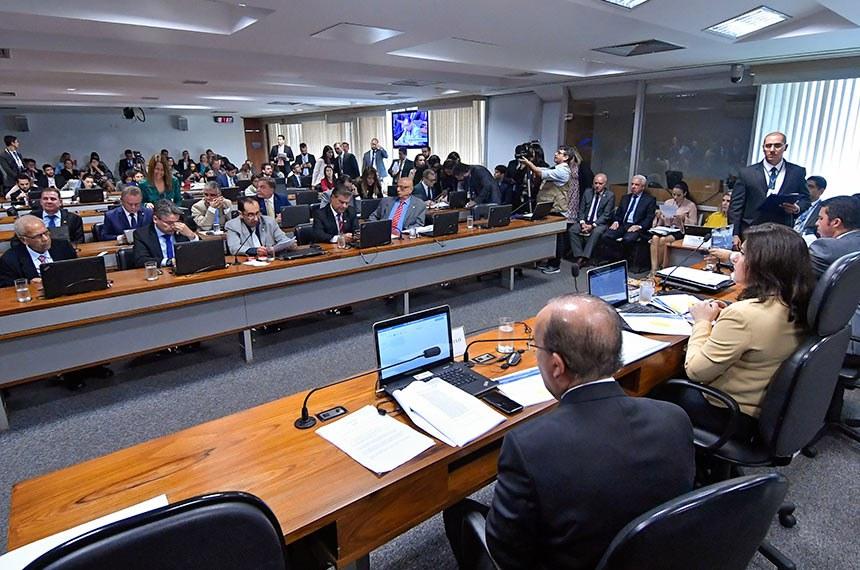 Comissão de Constituição, Justiça e Cidadania (CCJ) realiza reunião deliberativa para apreciação do PL 1321/2019, que dá mais autonomia a partidos políticos.  Mesa: senador Marcos Rogério (DEM-RO); presidente da CCJ, senadora Simone Tebet (MDB-MS); vice-presidente da CCJ, senador Jorginho Mello (PR-SC).   Foto: Geraldo Magela/Agência Senado