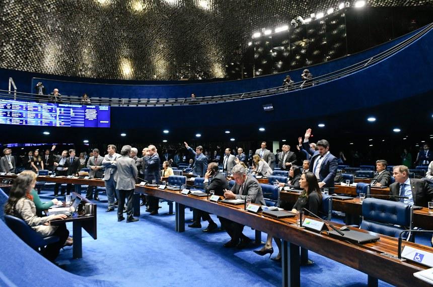 Plenário do Senado Federal durante sessão deliberativa ordinária. Ordem do dia.  Senadores reunidos durante votação.  Participam: senador Eduardo Braga (MDB-AM); senador Eduardo Gomes (MDB-TO); senador Marcos do Val (Cidadania-ES); senador Paulo Rocha (PT-PA);  senador Sérgio Petecão (PSD-AC); senador Vanderlan Cardoso (PP-GO); senadora Mailza Gomes (PP-AC).  Foto: Roque de Sá/Agência Senado