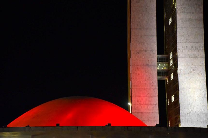 Cúpula do Senado é iluminada na cor vermelha durante o mês de março Data: 09/03/2017 Horário: 19:00:00 Local: Congresso Nacional  Foto: Pillar Pedreira/Agência Senado