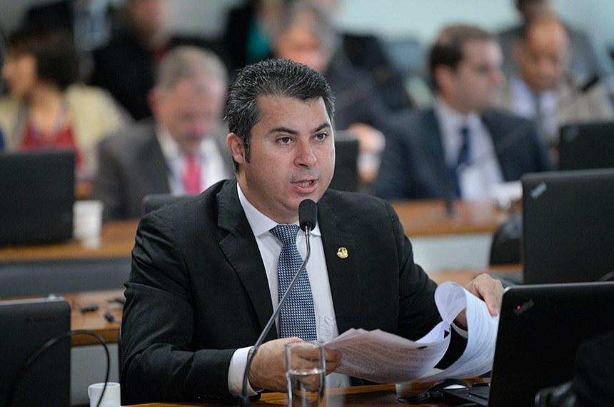 Comissão de Assuntos Econômicos (CAE) realiza reunião para apreciação de autorização de empréstimo para Camaçari/BA.  Em pronunciamento, senador Marcos Rogério (DEM-RO) à bancada.  Foto: Pedro França/Agência Senado