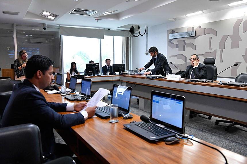 Jorge Kajuru (D) conduziu os trabalhos enquanto o relator do projeto e também presidente da comissão, Rodrigo Cunha, lia a manifestação sobre o assunto