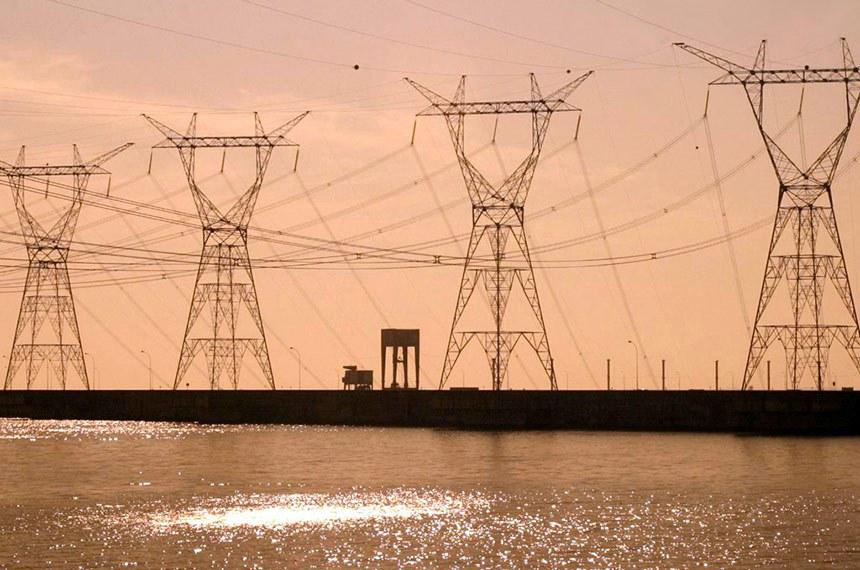 Linha de Transmissão  Tucuruí-Macapá-Manaus.  Entrou em operação no mês passado o chamado Linhão de Tucuruí, uma obra cujo objetivo é acabar com o isolamento do sistema elétrico de parte da Região Norte e, com isso, economizar quase R$ 2 bilhões por ano.