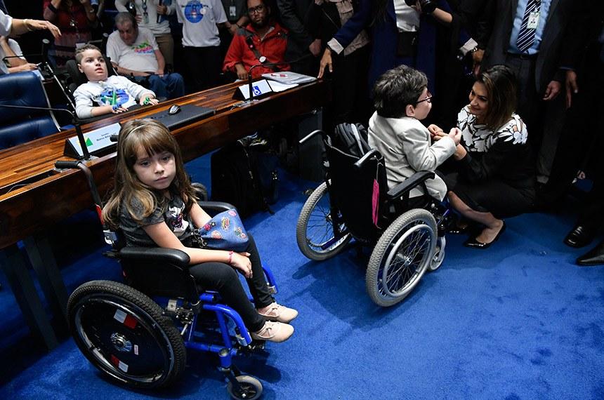 Crianças com amiotrofia muscular espinhal participam da reunião no Plenário, que teve presença de Michelle Bolsonaro (D)