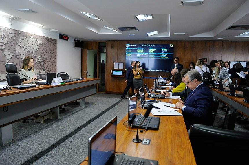 Comissão de Agricultura e Reforma Agrária (CRA) realiza reunião com 8 itens. Entre eles, o PLC 47/2017, que regulamenta atividades das mulheres marisqueiras.  Presidente da CRA, senadora Soraya Thronicke (PSL-MS) à mesa conduz reunião.  Foto: Jane de Aráujo/Agência Senado