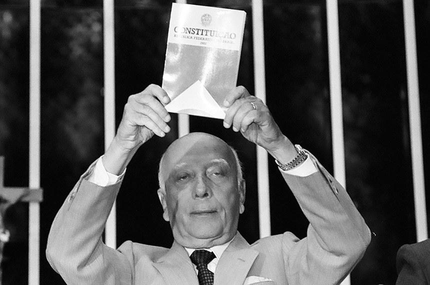 Brasília - A Assembleia Nacional Constituinte completa 30 anos de instalação. A assembleia resultou na Constituição de 1988. Na foto, o presidente da assembleia, deputado Ulysses Guimarães, no dia da promulgação do texto na assembleia (Arquivo/Agência Brasil)