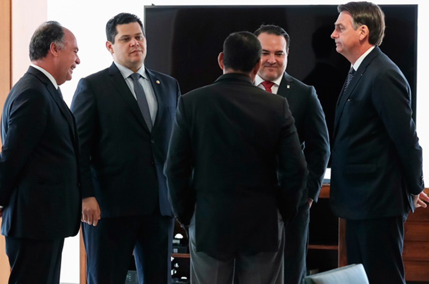 25/04/2019 Encontro com Davi Alcolumbre, Presidente do Senado Federal e Senador Fernando Bezerra (MDB-PE)  (Brasília - DF, 25/04/2019) Encontro com Davi Alcolumbre, Presidente do Senado Federal e Senador Fernando Bezerra (MDB-PE). Foto: Marcos Corrêa/PR