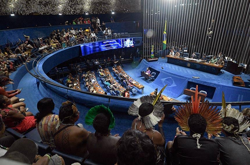 Plenário do Senado Federal durante sessão especial destinada a homenagear os povos indígenas.   Mesa: conselheiro da Coordenação das Organizações Indígenas da Bacia Amazônia, Tuntiak Katan; representante da Atiguaçu da Região Centro-Oeste, Eliseu Pereira Lopes; presidente da sessão, senador Randolfe Rodrigues (Rede-AP); representante da Articulação dos Povos Indígenas do Brasil, vereador em Sidrolândia (MS), Otacir Terena; representante da Coordenação das Organizações da Amazônia Brasileira, Toya Manchineri; cacique Xucuru, Marcos Xucuru.  Foto: Pedro França/Agência Senado