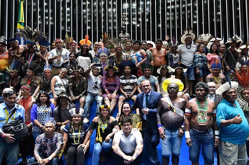 Plenário do Senado Federal durante sessão especial destinada a homenagear os povos indígenas.   Ao término da sessão, parlamentares e representantes indígenas posam para foto.  Foto: Geraldo Magela/Agência Senado