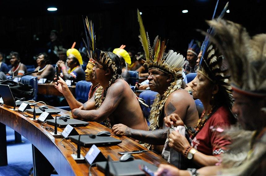 Plenário do Senado Federal durante sessão especial destinada a homenagear os povos indígenas.   Indígenas à bancada.  Foto: Jane de Araújo/Agência Senado