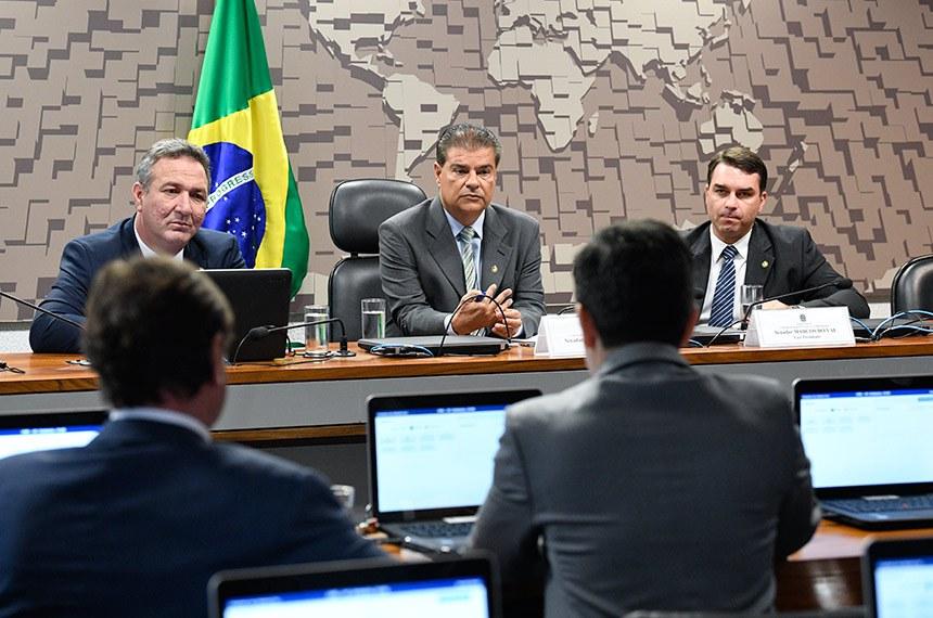 Comissão de Relações Exteriores e Defesa Nacional (CRE) realiza reunião com 7 itens. Entre eles, o PDL 57/2019, que aprova o texto do Acordo de Previdência Social entre a República Federativa do Brasil e a Confederação Suíça, assinado em Brasília, em 3 de abril de 2014.  Mesa: senador Lucas Barreto (PSD-AP); presidente da CRE, senador Nelsinho Trad (PSD-MS); senador Flávio Bolsonaro (PSL-RJ).  Bancada: senador Acir Gurgacz (PDT-RO); senador Randolfe Rodrigues (Rede-AP) - em pronunciamento.  Foto: Pedro França/Agência Senado