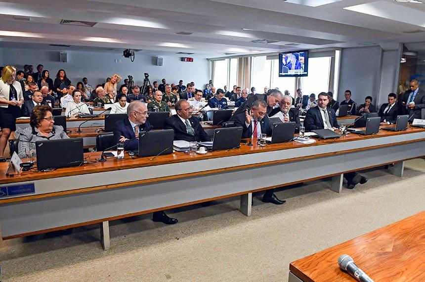 Comissão de Relações Exteriores e Defesa Nacional (CRE) realiza audiência pública interativa com a presença do ministro da Defesa, para discutir projetos e situação de sua pasta e perspectivas para o futuro.  Bancada: senadora Renilde Bulhões (Pros-AL); senador Arolde de Oliveira (PSD-RJ); senador Chico Rodrigues (DEM-RR);  senador Telmário Mota (Pros-RR) - em pronunciamento; senador Jaques Wagner (PT-BA);  senador Flávio Bolsonaro (PSL-RJ).  Foto: Roque de Sá/Agência Senado