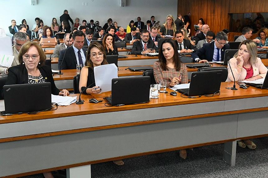 Comissão de Direitos Humanos e Legislação Participativa (CDH) realiza reunião deliberativa com 30 itens. Entre eles, o PLC 104/2018, que proíbe a venda de narguilé e acessórios a crianças e adolescentes.   Bancada:  senadora Zenaide Maia (Pros-RN);  senadora Soraya Thronicke (PSL-MS);  senadora Mailza Gomes (PP-AC);  senadora Juíza Selma (PSL-MT).  Foto: Marcos Oliveira/Agência Senado