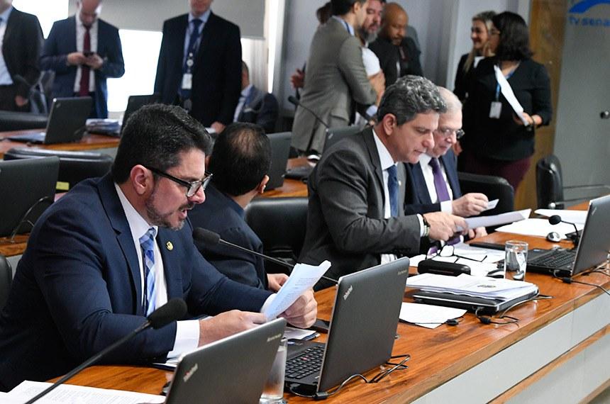 Na reunião da CAE, o senador Marcos do Val (à esq.) leu o parecer sobre o empréstimo para Vitória, enquanto o senador Rogério Carvalho (ao centro), o relatório que autoriza crédito para Fortaleza