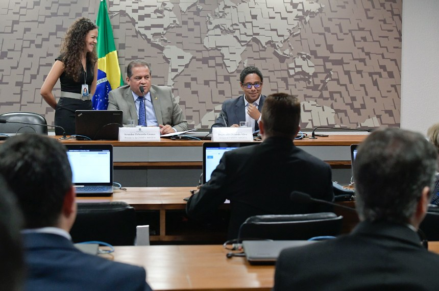 Comissão Mista da Medida Provisória (CMMPV) nº 869, de 2018, que dispõe sobre a proteção de dados pessoais e cria a Autoridade Nacional de Proteção de Dados, realiza reunião para apreciação de relatório.  Mesa: presidente da CMMPV 869/2018, senador Eduardo Gomes (MDB-TO); relator da CMMPV 869/2018, deputado Orlando Silva (PCdoB-SP).  Foto: Waldemir Barreto/Agência Senado