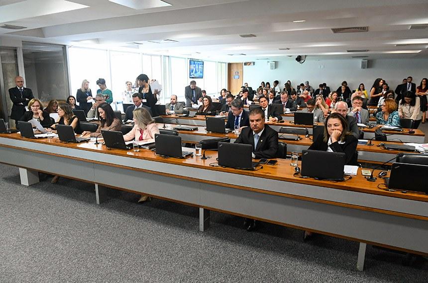 Comissão de Direitos Humanos e Legislação Participativa (CDH) realiza reunião deliberativa com 30 itens. Entre eles, o PLC 104/2018, que proíbe a venda de narguilé e acessórios a crianças e adolescentes.   Bancada (E/D):  senadora Zenaide Maia (Pros-RN);  senadora Soraya Thronicke (PSL-MS);  senadora Mailza Gomes (PP-AC);  senadora Juíza Selma (PSL-MT);  senador Nelsinho Trad (PSD-MS);  senadora Leila Barros (PSB-DF).  Foto: Marcos Oliveira/Agência Senado