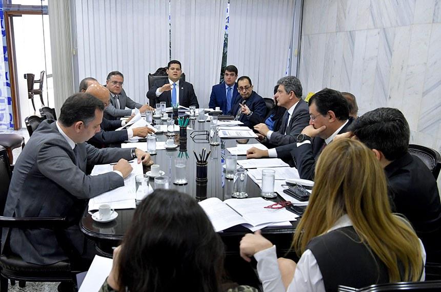 Presidente do Senado Federal, senador Davi Alcolumbre (DEM-AP), participa de reunião de líderes.   Participam:  senador Eduardo Braga (MDB-AM);  senador Eduardo Girão (Pode-CE);  senador Esperidião Amin (PP-SC);  senador Humberto Costa (PT-PE);  senador Jorge Kajuru (PSB-GO);  senador Jorginho Mello (PR-SC);  senador Major Olimpio (PSL-SP);  senador Mecias de Jesus (PRB-RR);  senador Paulo Rocha (PT-PA);  senador Randolfe Rodrigues (Rede-AP);  senador Roberto Rocha (PSDB-MA);  senador Rodrigo Pacheco (DEM-MG);  senador Rogério Carvalho Santos (PT-SE);  senador Wellington Fagundes (PR-MT);  senador Zequinha Marinho (PSC-PA);  senadora Kátia Abreu (PDT-TO);  senadora Rose de Freitas (Pode-ES);  senadora Simone Tebet (MDB-MS).  Foto: Marcos Brandão/Senado Federal
