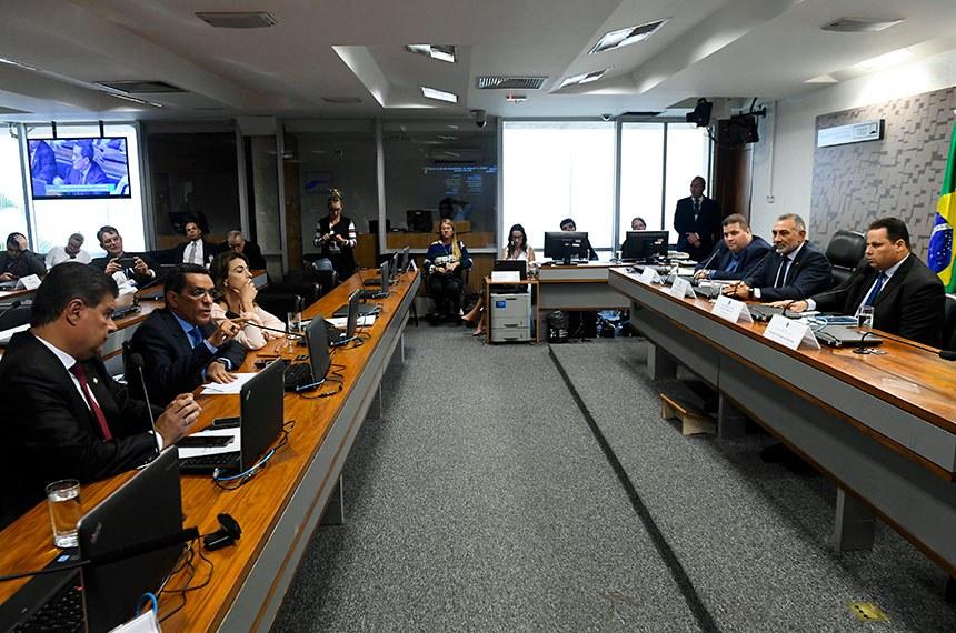 Subcomissão Temporária sobre a Venezuela (CRESTV) realiza audiência pública interativa para discutir a crise na Venezuela e seu impacto no Brasil.   Mesa:  deputado estadual de Roraima, Jeferson Alves (PTB);  presidente da CRESTV, senador Telmário Mota (Pros-RR);  prefeito de Pacaraima, Juliano Torquato (PRB);   Bancada:  senador Nelsinho Trad (PSD-MS);  senador Mecias de Jesus (PRB-RR) - em pronunciamento;  senadora Soraya Thronicke (PSL-MS).  Foto: Marcos Oliveira/Agência Senado