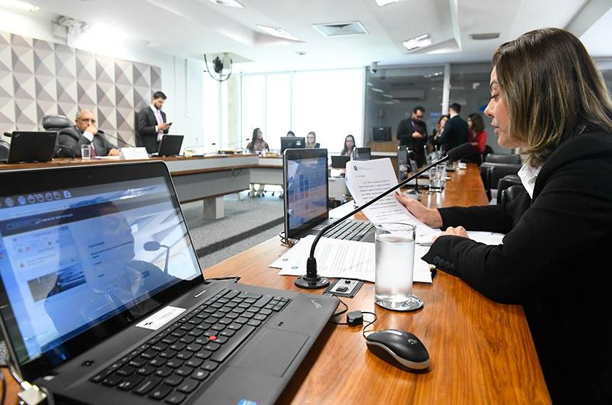 Comissão de Direitos Humanos e Legislação Participativa (CDH) realiza reunião deliberativa com 30 itens. Entre eles, o PLC 104/2018, que altera o Estatuto da Criança e do Adolescente para proibir a venda de produtos fumígenos, cachimbo, narguilé, piteira e papel para enrolar cigarro a crianças e adolescentes.  Em pronunciamento, à bancada,  senadora Leila Barros (PSB-DF).  À mesa, presidente da CDH, senador Paulo Paim (PT-RS).  Foto: Marcos Oliveira/Agência Senado