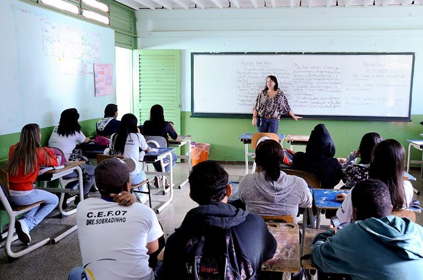 Alunos na sala de aula em escola de Sobradinho