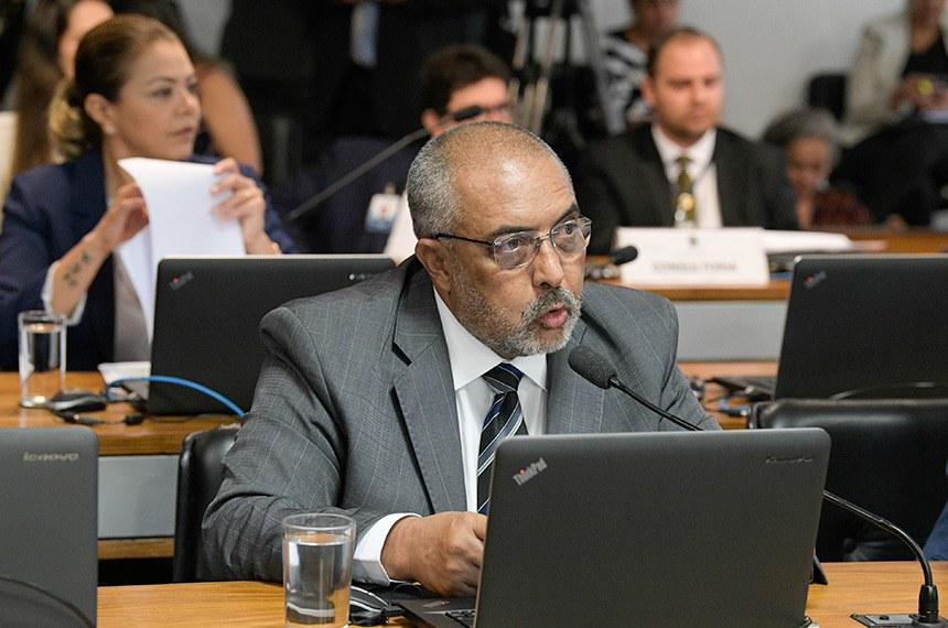 Comissão de Assuntos Sociais (CAS) realiza reunião deliberativa com 9 itens. Entre eles, o PLS 769/2015, que amplia medidas de combate ao tabagismo.  Em pronunciamento, senador Paulo Paim (PT-RS).  Foto: Roque de Sá/Agência Senado