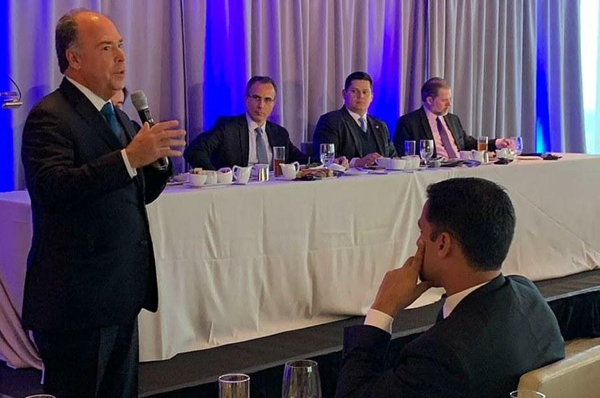 Senador Fernando Bezerra fala em Nova Iorque, em evento oferecido pelo Bank of America e a Câmara de Comércio Brasil-Estados Unidos com o presidente do Senado, Davi Alcolumbre.