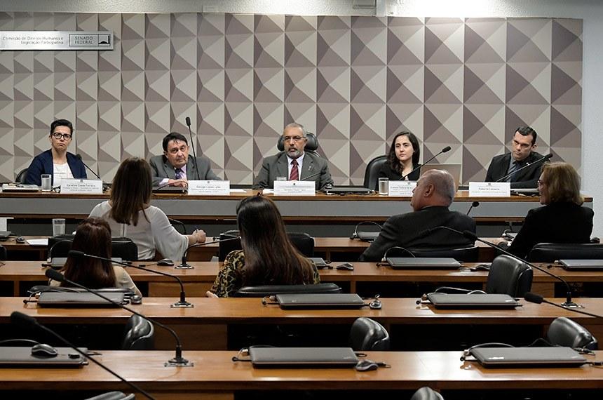 """Comissão de Direitos Humanos e Legislação Participativa (CDH) realiza audiência pública interativa para """"instruir o PLS 580/2015, que altera a lei nº 7.210, de 11 de julho de 1984 (Lei de Execução Penal), para estabelecer a obrigação de o preso ressarcir o Estado das despesas com a sua manutenção"""".   Mesa:  doutora em Direito, Estado e Constituição pela Universida de Brasília (UnB); líder do grupo de pesquisa """"Criminologia do Enfrentamento"""" (UniCeub-CNPq) e professora de Mestrado em Direito Constitucional do Instituto Brasiliense de Direito Público (IDP), Carolina Costa Ferreira;  desembargador do Tribunal de Justiça do Distrito Federal (TJDFT); diretor da Escola de Administração Judiciária """"Instituto Luiz Vicente Cernicchiaro"""" e professor de Direito Penal, George Lopes Leite;  presidente da CDH, senador Paulo Paim (PT-RS);  mestre em Direito pela Universidade Federal de Minas Gerais (UFMG); advogada criminalista e representante do Instituto de Defesa do Direito de Defesa (IDDD), Clarissa Tatiana de Assunção Borges;  advogado da Seccional do Estado do Ceará, Roberto Lasserre.  Foto: Waldemir Barreto/Agência Senado"""
