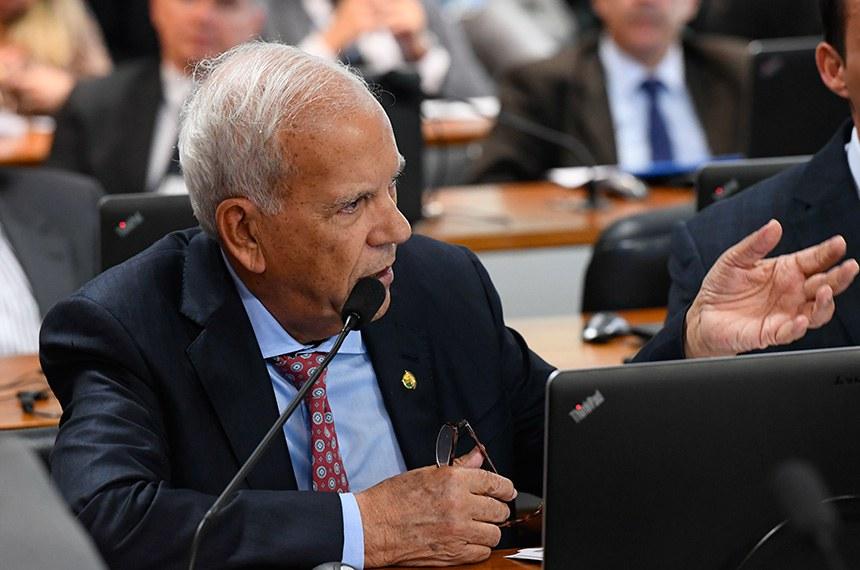Comissão de Assuntos Econômicos (CAE) realiza reunião com 11 itens. Entre eles, o PLC 219/2015, que atualiza o marco legal das franquias.  Em pronunciamento, à bancada, senador Oriovisto Guimarães (Pode-PR).   Foto: Marcos Oliveira/Agência Senado