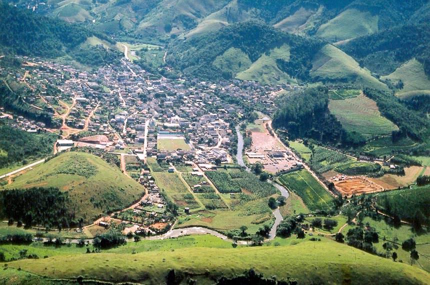 A cidade de Alfredo Chaves está situada às margens do Rio Benevente, a 81 Km da capital do Estado (Vitória).