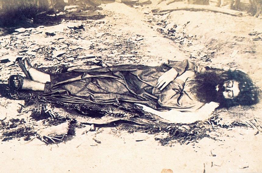 Única foto conhecida de Antônio Conselheiro, místico rebelde e líder espiritual do arraial de Canudos (1893-1897), Bahia. A fotografia foi tirada duas semanas após sua morte, pelo fotógrafo Flávio de Barros, a serviço do Exército.   Nascimento 13 de março de 1830. Nova Vila de Campo Maior[Atual cidade de Quixeramobim-CE], Ceará Morte 22 de setembro de 1897 (67 anos) Canudos, Bahia.