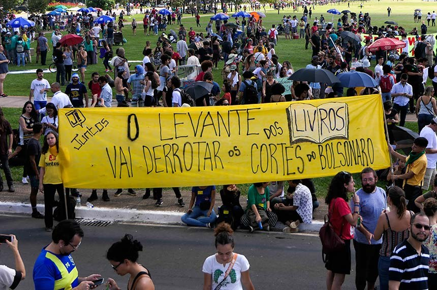 Manifestação de alunos, professores e servidores da Educação contra decisão do governo federal de bloquear verbas das instituições de ensino federais.   Foto: Roque de Sá/Agência Senado