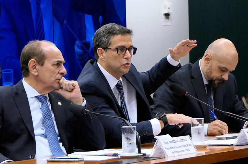 A Comissão Mista de Orçamento (CMO) e as comissões de Finanças e Tributação; de Fiscalização Financeira e Controle; e de Desenvolvimento Econômico, Indústria, Comércio e Serviços da Câmara; juntamente com as comissões de Assuntos Econômicos; de Transparência, Governança, Fiscalização e Controle e Defesa do Consumidor do Senado promovem audiência pública conjunta para ouvir o presidente do Banco Central.   Mesa:  presidente da CMO, senador Marcelo Castro (MDB-PI);  presidente do Banco Central, Roberto Campos Neto;  chefe da Assessoria Econômica ao Presidente do Banco Central do Brasil, Fabio Araujo.  Foto: Roque de Sá/Agência Senado