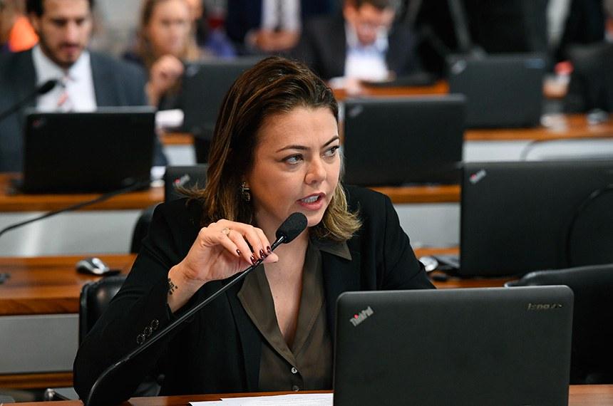Comissão de Assuntos Econômicos (CAE) realiza reunião deliberativa com 11 itens. Entre eles, o PLC 219/2015, que atualiza o marco legal das franquias.   À bancada, em pronunciamento, senadora Leila Barros (PSB-DF).  Foto: Marcos Oliveira/Agência Senado