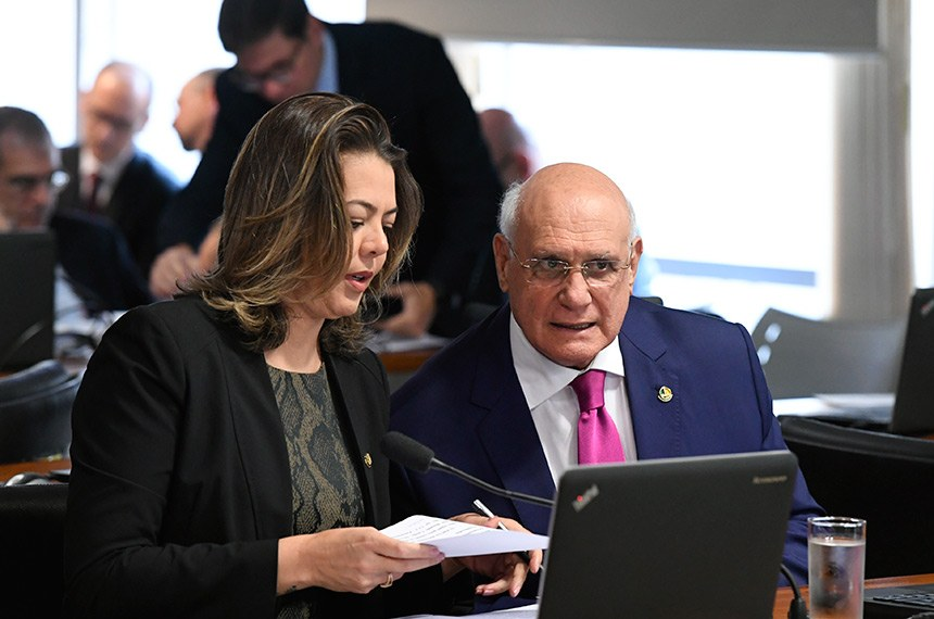 Comissão de Assuntos Econômicos (CAE) realiza reunião com 16 itens. Entre eles, o PLS 29/2018, que regula o uso de recursos do Fundo Nacional do Meio Ambiente em desastres naturais ou causados por criminoso não identificado.   Bancada: senadora Leila Barros (PSB-DF); senador Lasier Martins (Pode-RS).  Foto: Edilson Rodrigues/Agência Senado