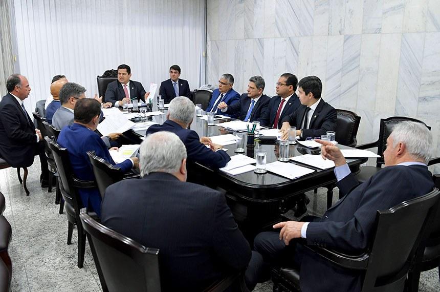 Presidente do Senado Federal, senador Davi Alcolumbre (DEM-AP), preside reunião de líderes.   Participam: senador Alessandro Vieira (PPS-SE);  presidente do Senado, senador Davi Alcolumbre (DEM-AP);  senador Esperidião Amin (PP-SC); senador Eduardo Girão (Pode-CE); senador Fernando Bezerra Coelho (MDB-PE); senador Humberto Costa (PT-PE); senador Otto Alencar (PSD-BA);  senador Randolfe Rodrigues (Rede-AP); senador Roberto Rocha (PSDB-MA); senador Rogério Carvalho Santos (PT-SE).  Foto: Marcos Brandão/Senado Federal