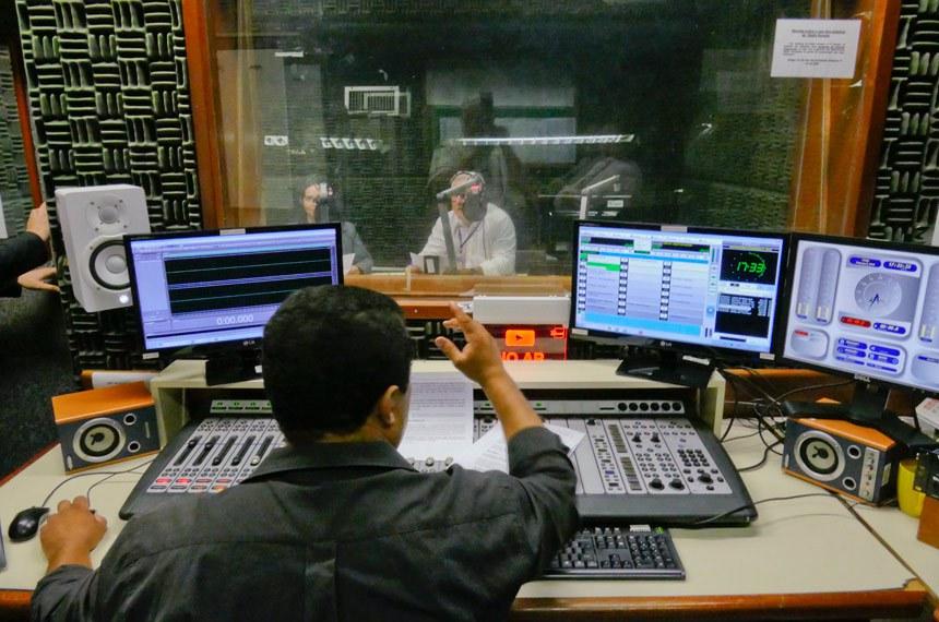 Os locutores da Rádio Senado durante a gravação do Jonal do Senado para o programa a Voz do Brasil.  E/D: Marluce;  José Carlos Sigmaringa.  Foto: Waldemir Barreto/Agência Senado
