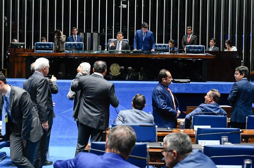 Plenário do Senado Federal durante sessão deliberativa ordinária. Ordem do dia.  À mesa, presidente do Senado, senador Davi Alcolumbre (DEM-AP), conduz sessão.  Em pronunciamento, à bancada, senador Weverton (PDT-MA).  Foto: Marcos Oliveira/Agência Senado